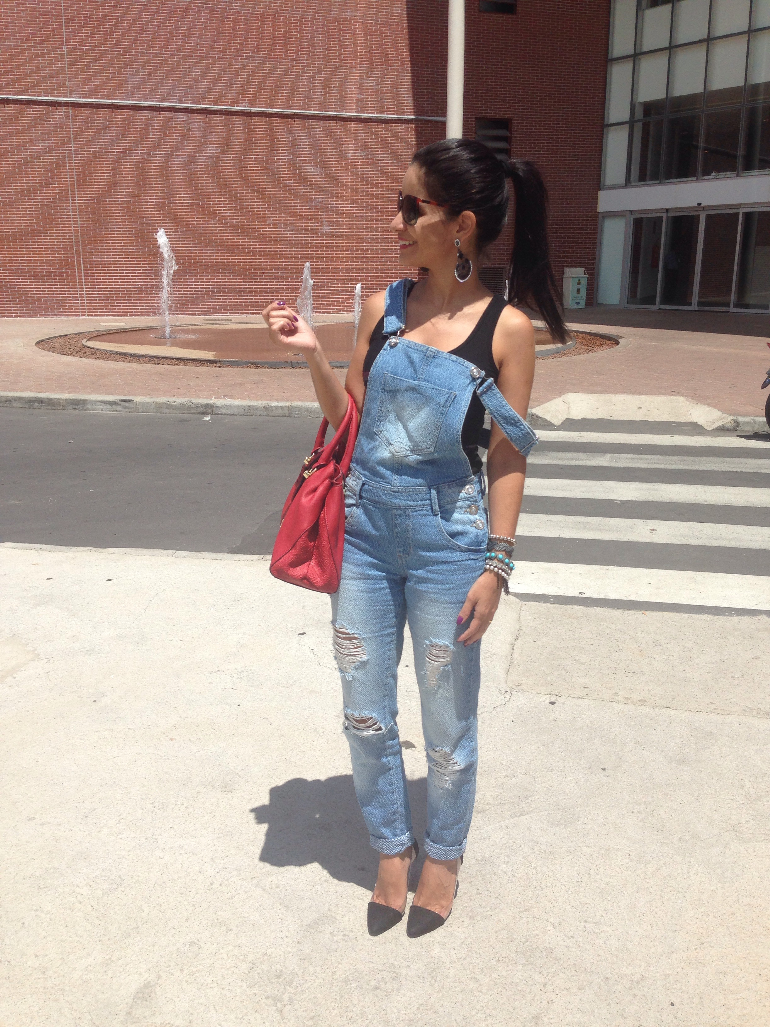 ca3d6c55f Jardineira: Marisa   Camiseta: Guess  Bolsa: Guess   Sapato: Sonho dos pés